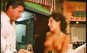 Orgia di sesso estremo con tre troie in discoteca