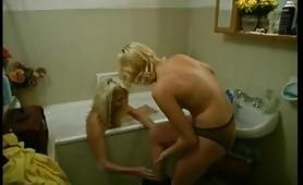 Due lesbiche italiane fanno sesso nella vasca da bagno