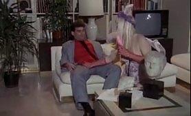 La biondina inculata sul divano