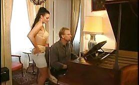 Tettona francese si scopa il pianista