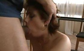 La signora prosperosa si fa sfondare il culo dall'idraulico