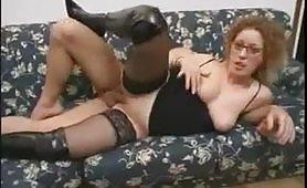 Bionda con gli occhiali scopata sul divano
