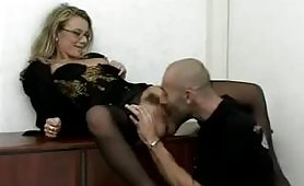 Segretaria occhialuta leccata in ufficio