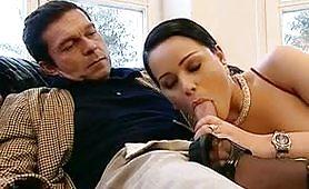 Un marito porco gode con la moglie e l`amica