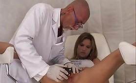 La calda pornostar Jessica Ross fa una visita dal ginecologo