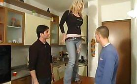 Arrapante scena di sesso a tre con Clarissa Salvi