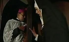 Arrapante scena porno interraziale fra suora zoccola e prete di colore