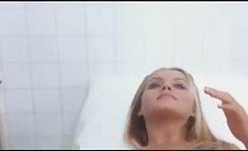 Scena vintage italiano ripresa dal film La ragazzina con Gloria Guida