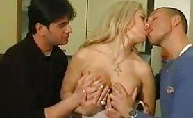 Clarissa Salvi, una stupenda milf bionda maggiorata gode in scena di sesso a tre