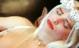Scena porno interraziale ripresa dal film vintage Cicciolina e Moana