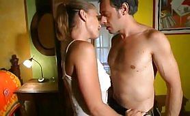 Una calda scena porno incestuosa fra il babbo porco e la giovane figlia