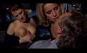 Una calda scena porno con un bel stallone e due troiette maggiorate