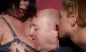 Una bella orgia porno con vecchio porco e due giovani troiette