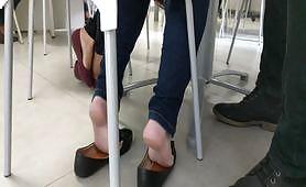Carla, giovane fidanzata esibizionista di Pavia ci mostra i piedini nudi