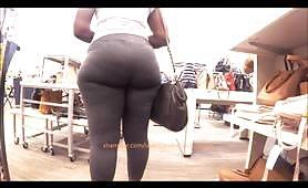 Calda culona di colore in leggings ripresa da guardone nel negozio....