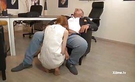 La ragazzina fottuta dal manager maturo