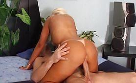 Casalinga bionda abbronzata per la prima volta in provino porno
