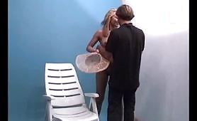 Biondina in bikini trambata dal fotografo