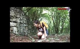 Ditalino alla figlia tettona nel bosco