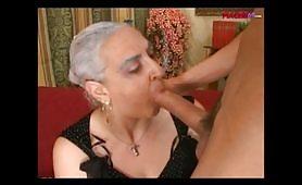 Nonna italiana spompina il nipote