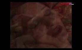 Madre scopata dal figlio sul letto